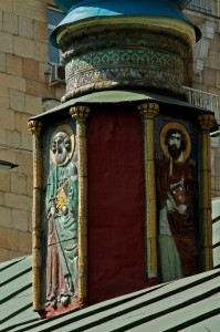 Фигуры апостолов под главкой придела Тихона Амафунтского