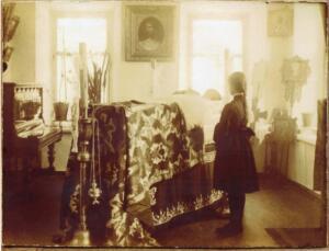 Будущая тайная монахиня Иулиания у гроба своего отца - священника, служившего в Успенской церкви